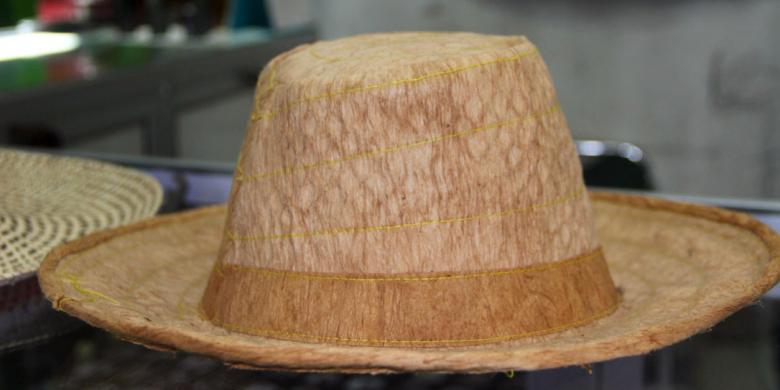 topi dari kulit kayu suvenir unik khas palangkaraya kompas com
