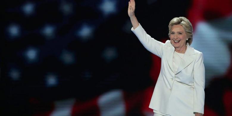 Hillary Clinton Alihkan Perhatiannya pada Donald Trump