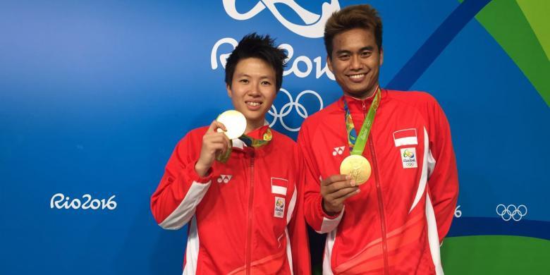 COM Liliyana Natsir dan Tontowi Ahmad memamerkan medali emas yang diraihnya  di Olimpiade Rio 2016 32f55293de