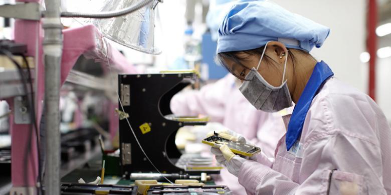 Buruh Pabrik Komponen iPhone Digaji Rendah dan Lembur Tanpa Upah ... Kompas Tekno Salah satu pekerja di pabrik penyuplai komponen Apple di China.(The Verge)
