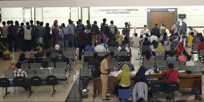 Sejumlah warga Kabupaten Tangerang memadati belasan loket di kantor Dinas Kependudukan dan Pencatatan Sipil Tigaraksa, Tangerang, Senin (29/8/2016). Sebagian besar warga mengurus e-KTP, KK, dan akta kelahiran.