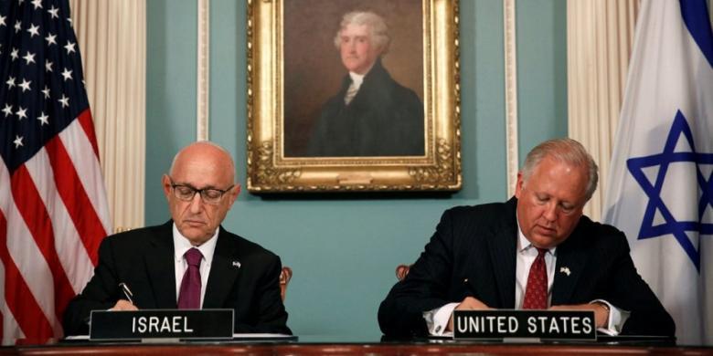 Wakil Menlu AS Tom Shannon (kanan) dan Penasihat Keamanan Nasional Israel Jacob Nagel (kiri) dalam upacara penandatanganan kerja sama bantuan keamanan antardua negara itu untuk 10 tahun ke depan di Departemen Luar Negeri di Washington DC, AS, 14 September 2016.