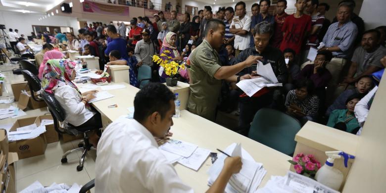 Sejumlah warga Kabupaten Tangerang memadati belasan loket di kantor Dinas Kependudukan dan Pencatatan Sipil di Tigaraksa Tangerang, Senin (29/8/2016). Sebagian besar warga mengurus e-KTP, KK, dan akta kelahiran.