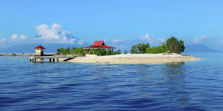 Pulau Pastofiri yang terletak di antara Kabupaten Halmahera Barat dan Kota Ternate, Provinsi Maluku Utara, Selasa (18/10), menjadi obyek wisata paling diburu wisatawan yang berkunjung ke daerah itu. Pastofiri menawarkan keindahan bawah air.