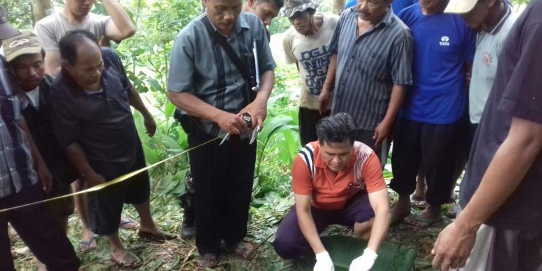 Foto Anggota Kepolisian Setempat Melakukan Olah Tempat Kejadian Perkara Di Lokasi Ditemukannya Mayat Sukarji Yang Tewas Gantung Diri Di Desa Ngrayun