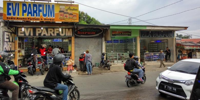 KOMPAS.com/YODSA RIENALDO Toko-toko parfum Arab berjajar di sepanjang Jalan Condet Raya, Jakarta Timur.