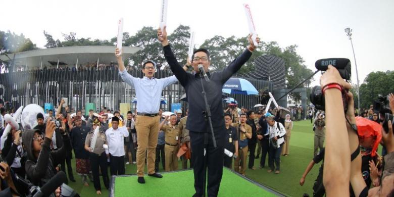 Wali Kota Bandung bersama Ketua KPI Yuliandre Darwis saat menghadiri deklarasi Bandung Hantam Hoax di Alun-alun Bandung, Senin (20/2/2017).