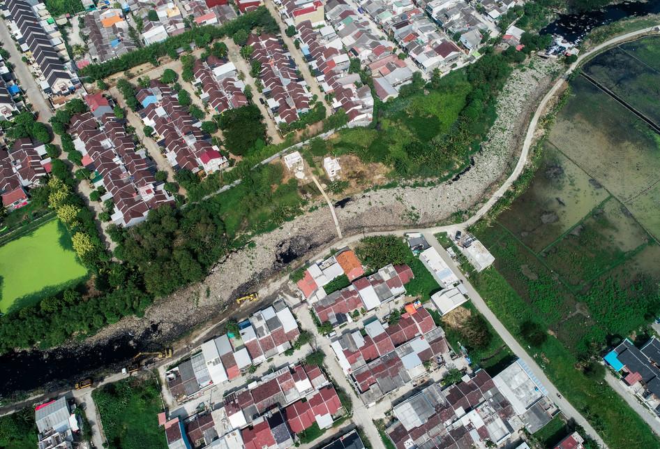 Sampah Plastik di Kali Pisang Batu Bekasi