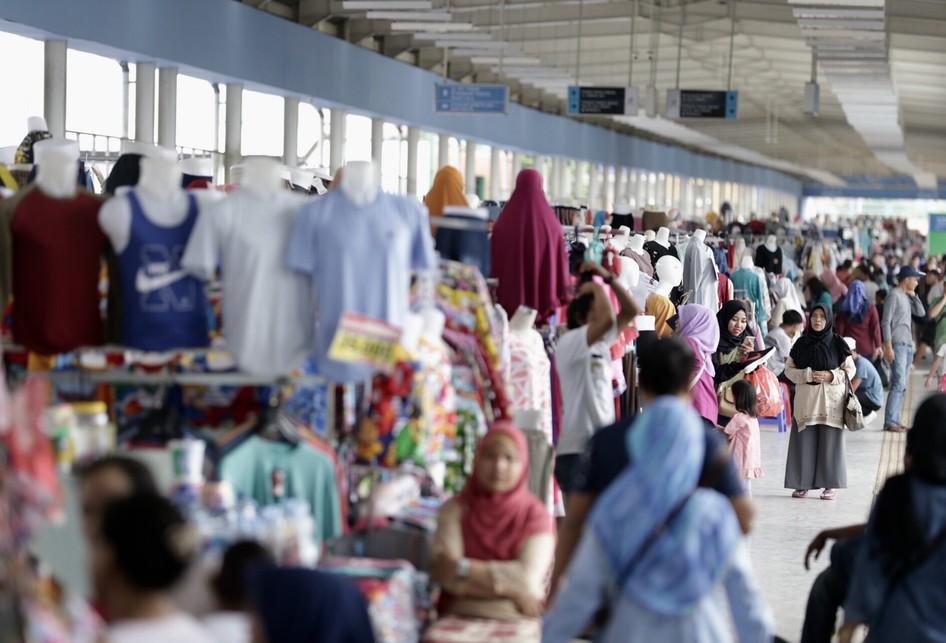 Pedagang di Skybridge Tanah Abang, Jakarta