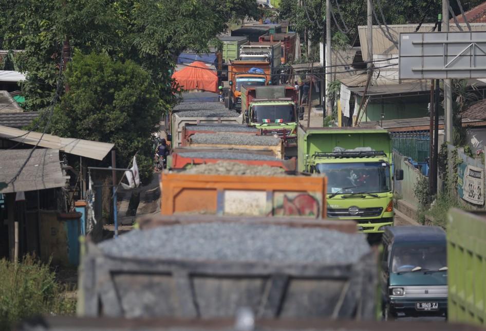 Antrian Truk di Jalan Raya Parung Panjang, Tangerang