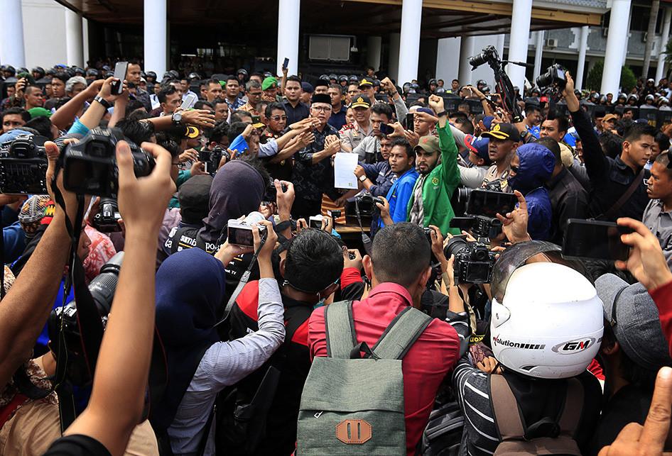 Plt Gubernur Aceh Temui Massa Penolak Izin Tambang PT EMM
