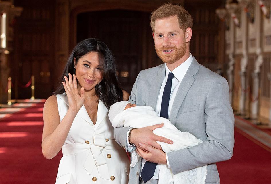 Momen Pangeran Harry dan Meghan Perlihatkan Bayinya Pertama Kali ke Publik