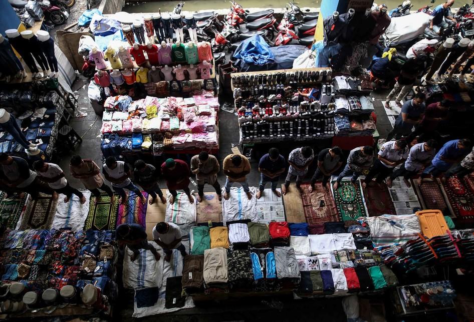 Shalat Jumat Ramadhan di Pasar Tanah Abang