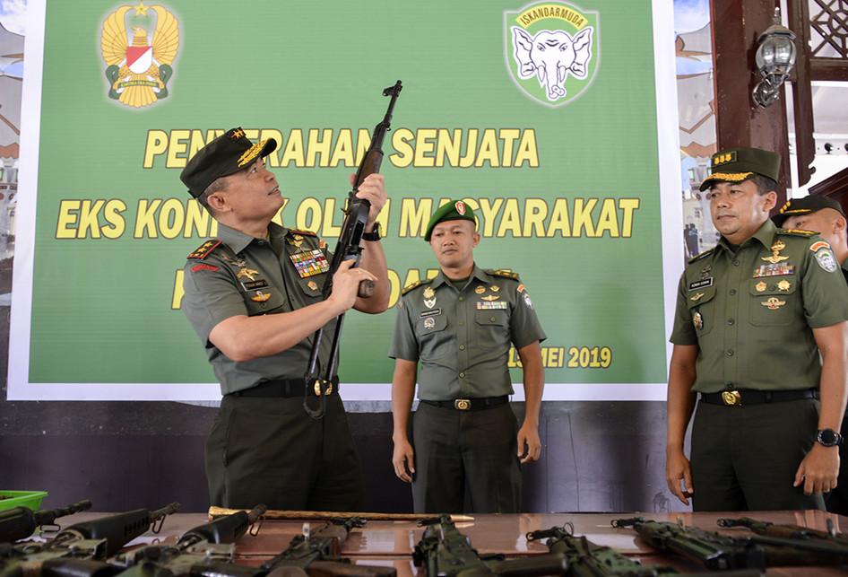 Pangdam IM Terima 12 Pucuk Senjata Bekas Konflik dari Warga