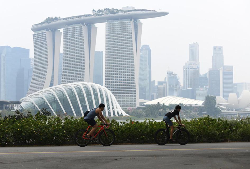 Singapura Diselimuti Kabut Asap dari Indonesia
