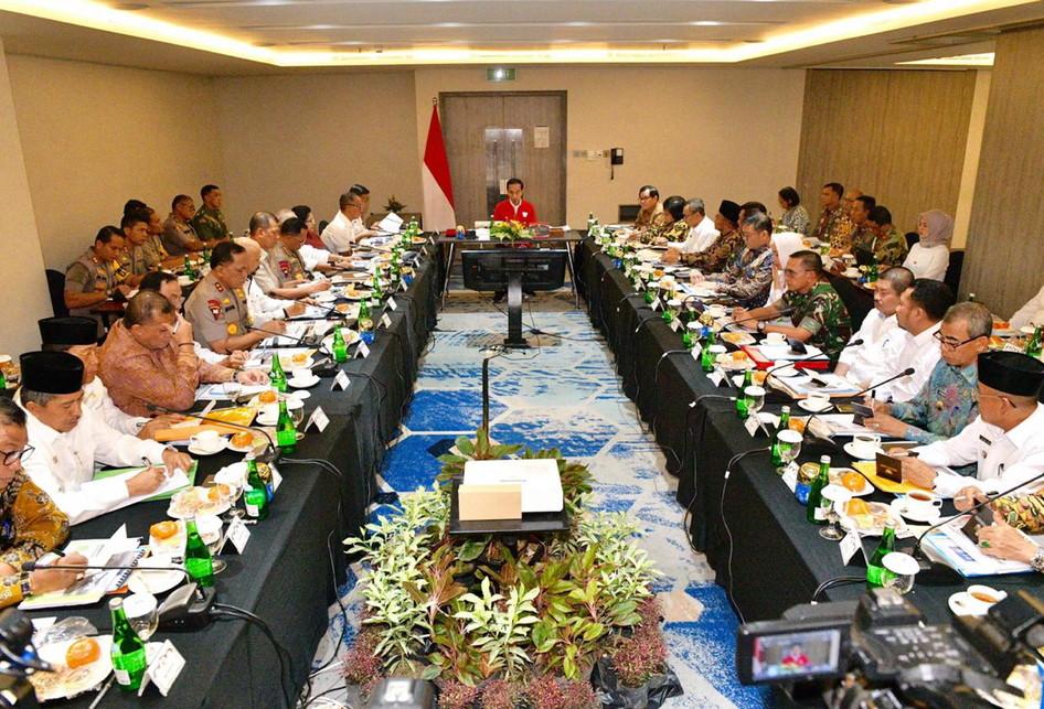 Image result for Presiden memimpin rapat terbatas di Kota Pekanbaru