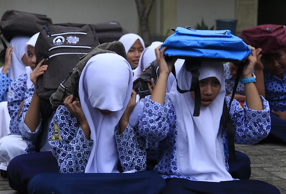 Pelajar di Aceh Ikuti Simulasi Gempa dan Tsunami