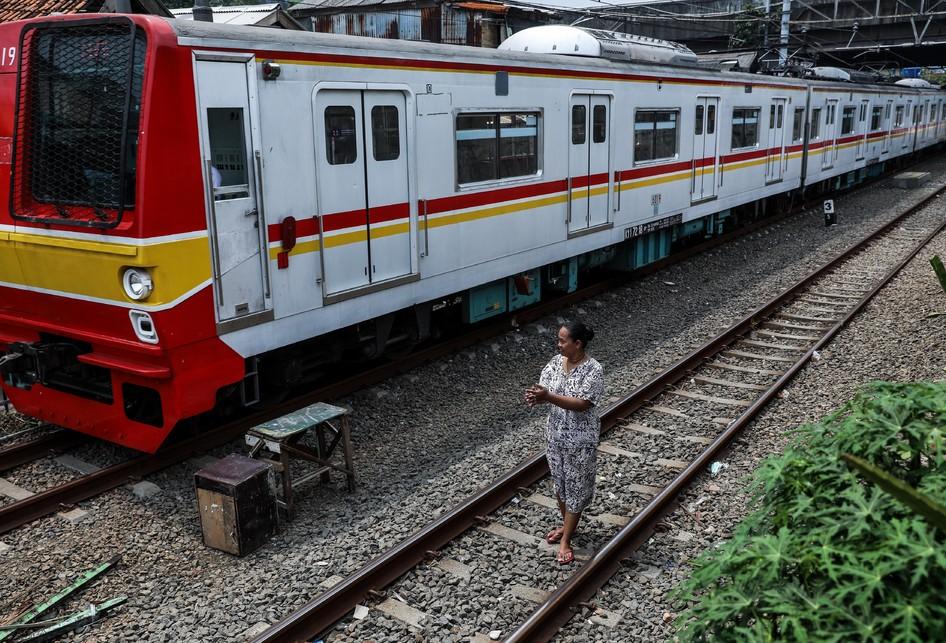 Warga Berjemur di Rel Kereta Petamburan, Tanah Abang