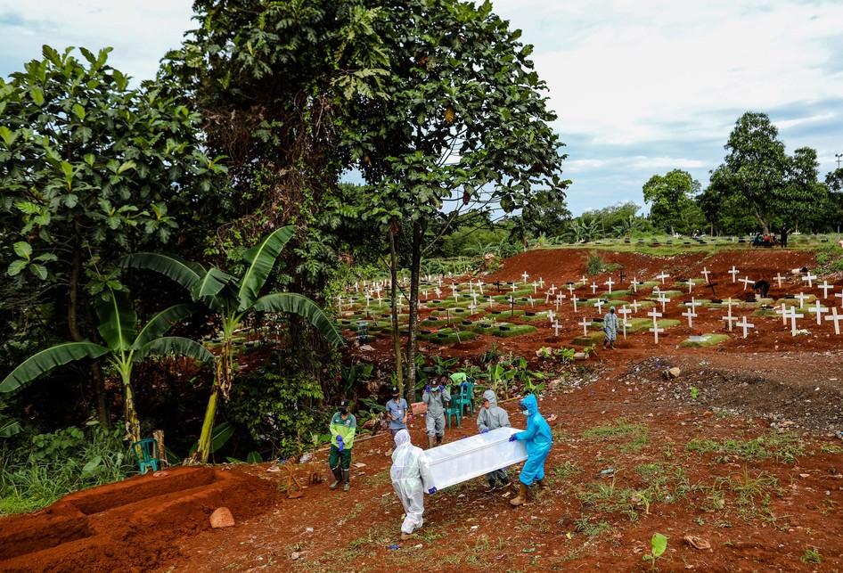Pemakaman Jenazah Virus Corona Covid-19 di TPU Pondok Rangon