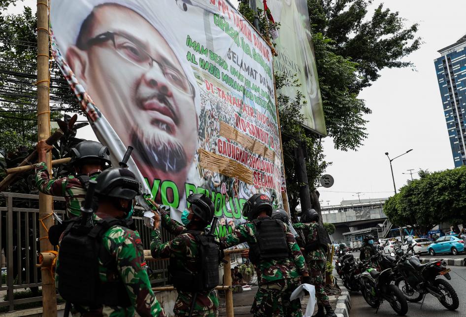 Prajurit TNI Copot Spanduk Front Pembela Islam (FPI) Rizieq Shih