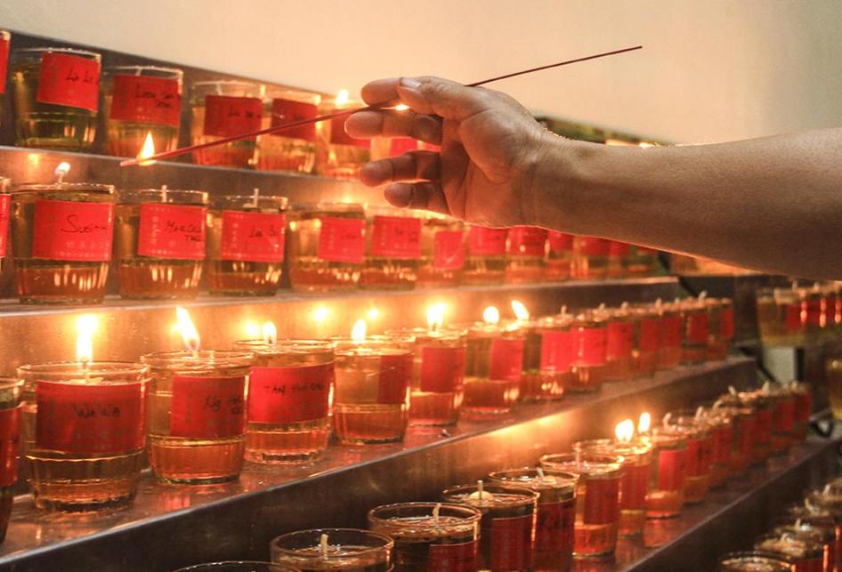 Nyalakan Ratusan Lilin Pelita di Malam Imlek