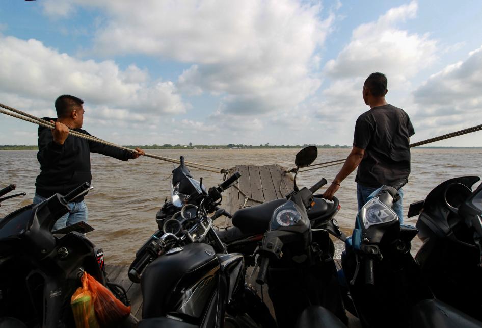 Jasa Penyeberangan di Selat Panjang
