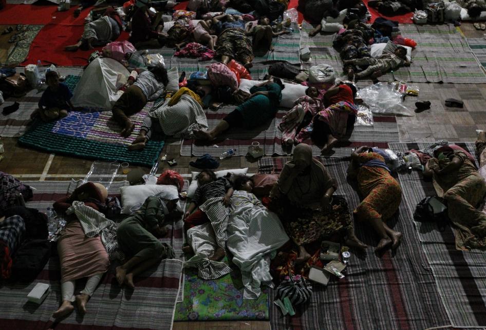 Warga Terdampak Kebakaran Kilang Minyak Pertamina Mengungsi