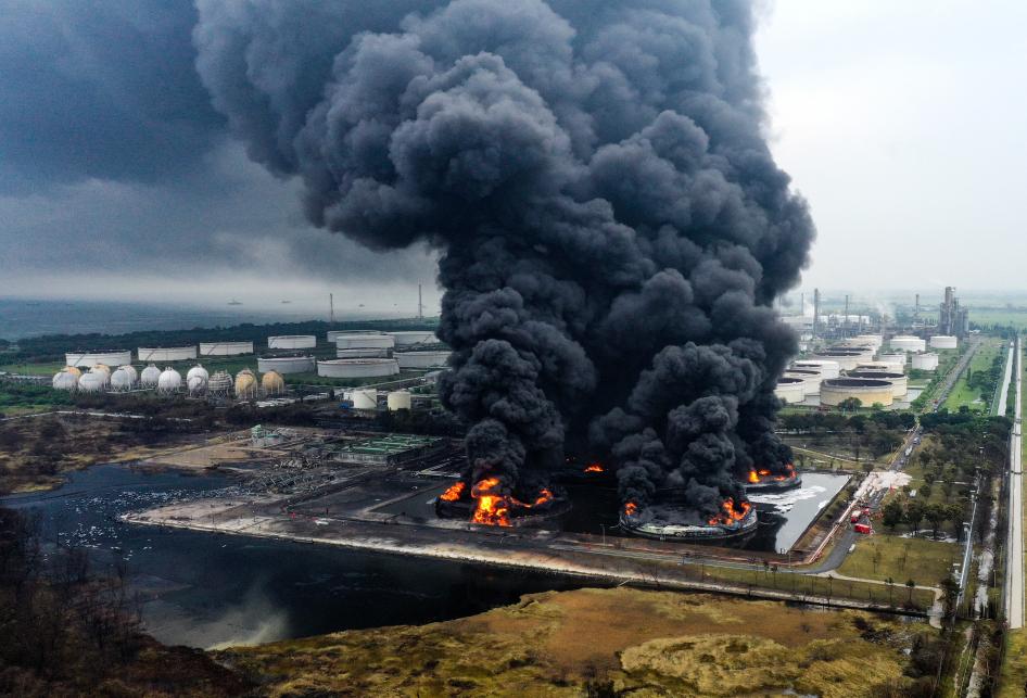 Kebakaran Kilang Minyak Pertamina Balongan Belum Padam