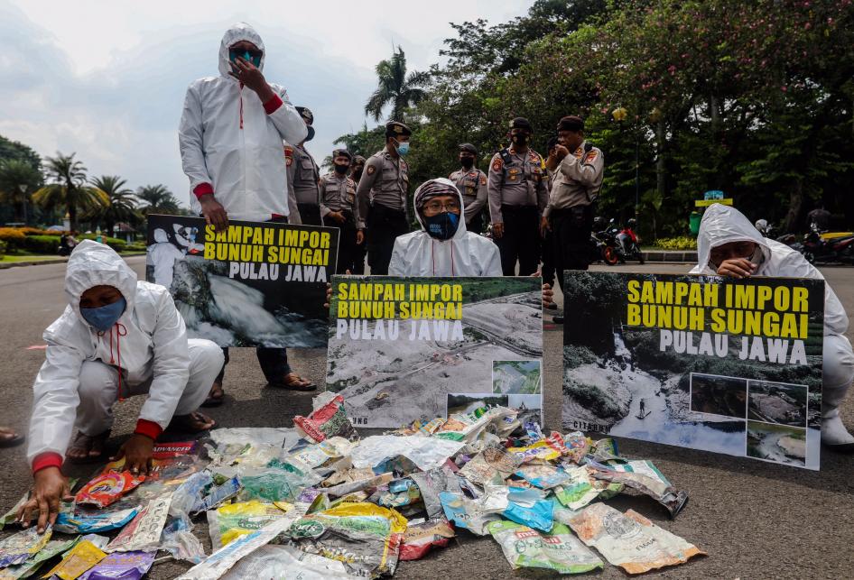 Aksi Damai Darurat Sampah Impor Kertas & Plastik