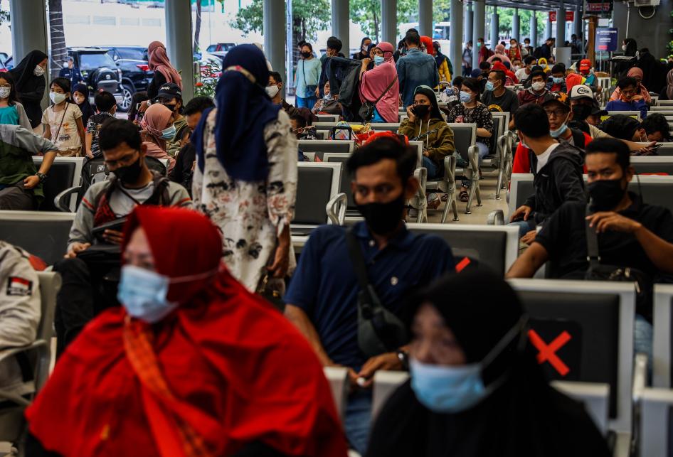 Jelang Larangan Mudik, Stasiun Pasar Senen Kini Dipadati Ribuan