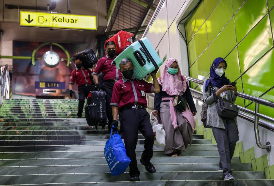 Kedatangan Penumpang KA Jarak Jauh di Jakarta