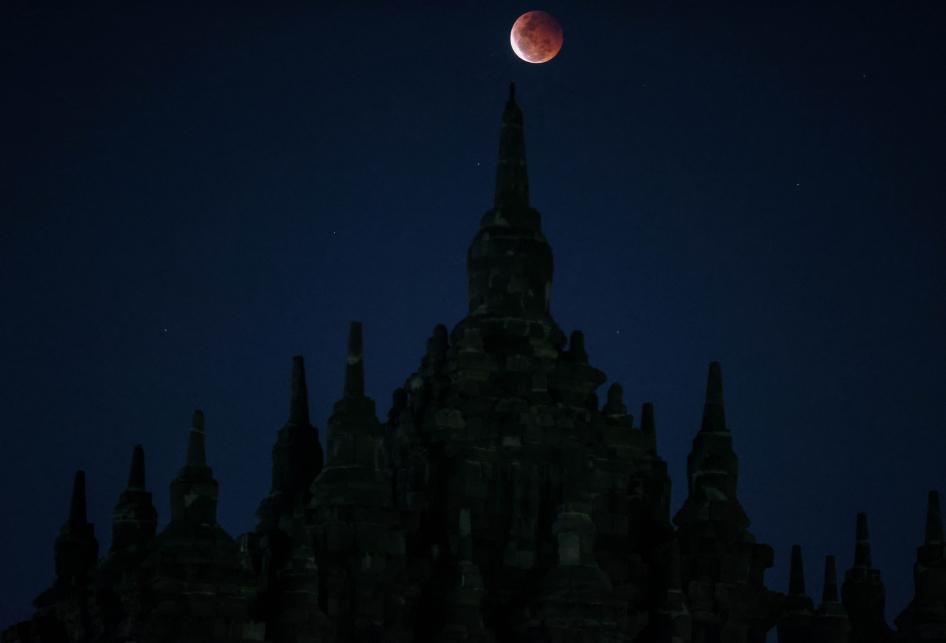 Gerhana Bulan di Candi Plaosan Jawa Tengah