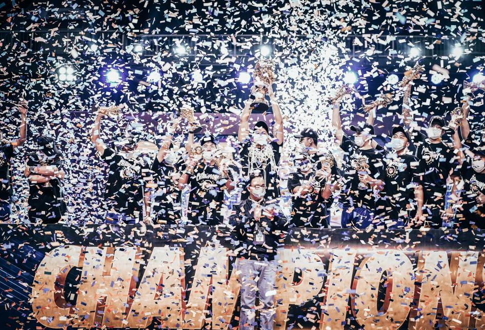 Dukung Atlet Basket, AXA Mandiri Beri Asuransi kepada Juara IBL