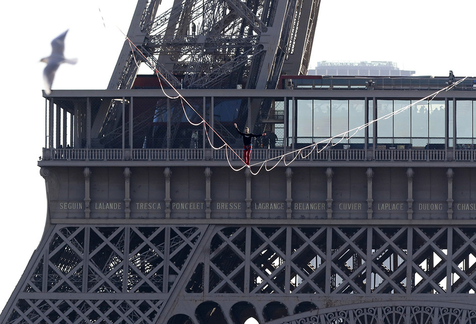 Aksi Slackline di Menara Eiffel