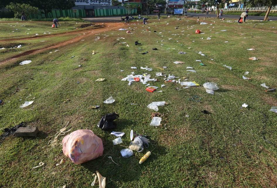 Sampah Berserakan Usai Pesta Malam Pergantian Tahun Baru