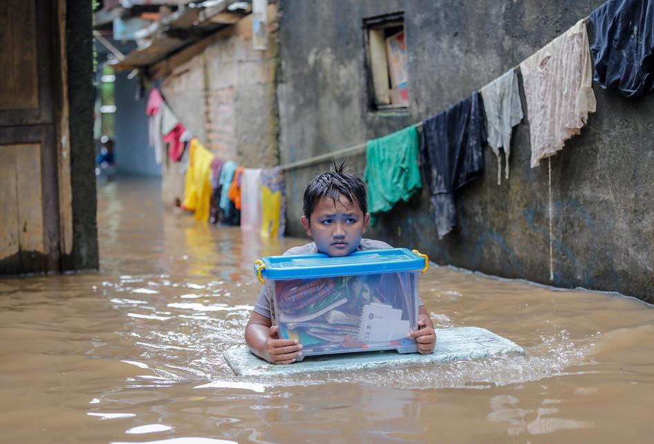Kali Ciliwung Meluap Rawajati Banjir