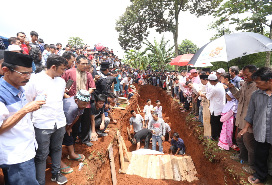 Pemakaman Korban Kecelakaan Bus di Tanjakan Emen Subang, Jawa Barat