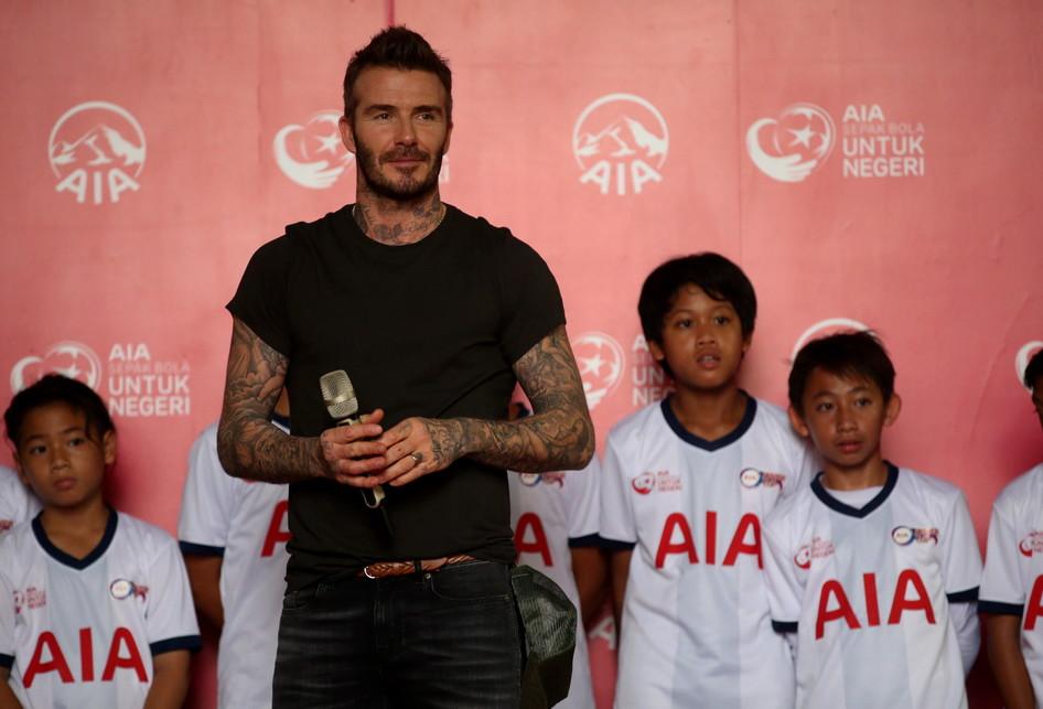 AIA Global Brand Ambassador David Beckham saat acara Sepak Bola untuk Negeri di Stadion Soemantri Brodjonegoro, Jakarta, Minggu (25/3/2018). AIA menyerahkan sumbangan 10.000 bola untuk anak-anak akademi sepak bola di seluruh Indonesia.