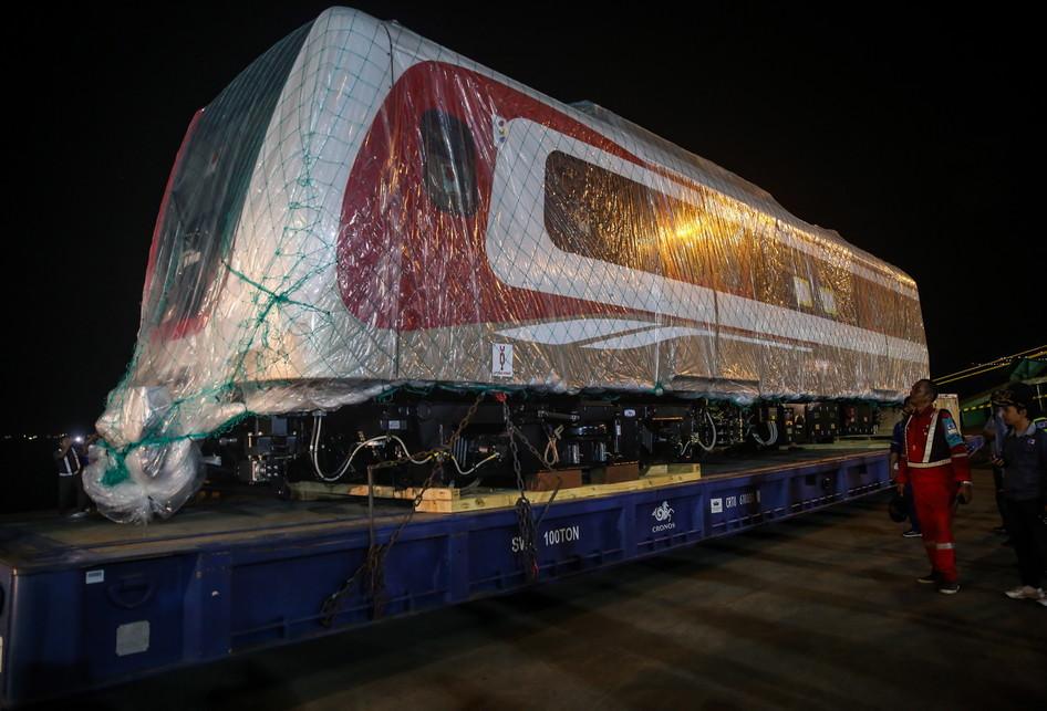 Dua Gerbong LRT Tiba di Jakarta