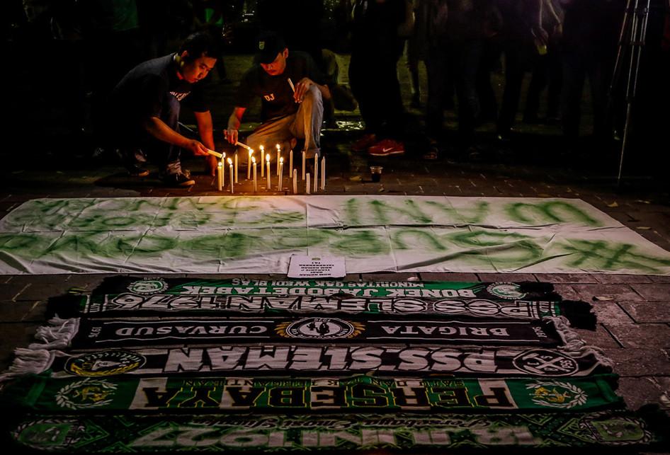 Aksi Lilin Suporter Sepak Bola Pasca Tragedi Bom Surabaya
