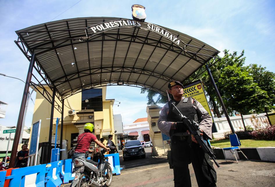 Penjagaan Polisi di Polrestabes Surabaya