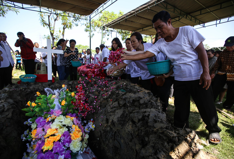 Pemakaman Korban Bom Gereja di Surabaya Ibu Martha Djumani