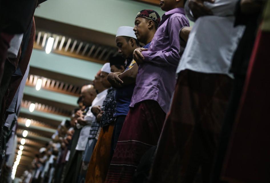 Tarawih dan Ziarah di Masjid Sunan Ampel Surabaya