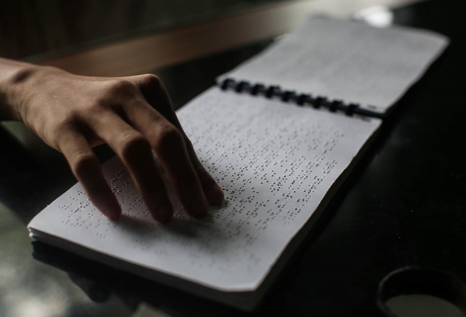 Santri Tunanetra Membaca Al Quran Braile
