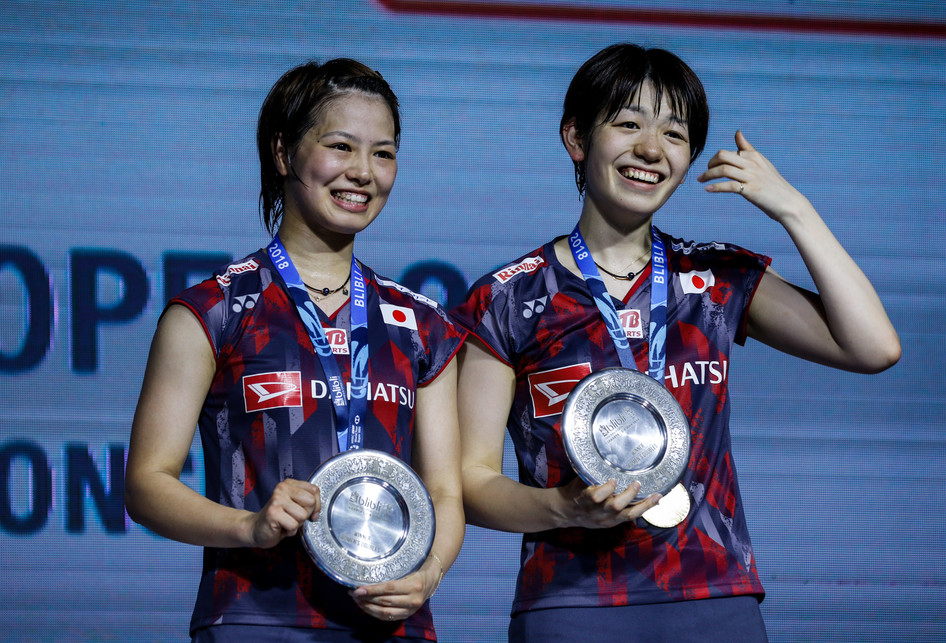 Pasangan ganda putri Jepang, Yuki Fukushima (kiri)/Sayaka Hirota, berpose dengan medali usai menang di partai final Indonesia Open 2018, Minggu (8/7/2018).