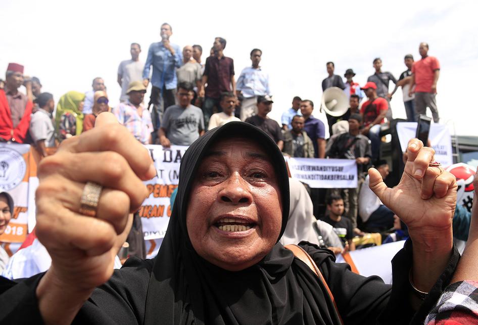 Demo KPK Tuntut Lepaskan Gubernur Aceh