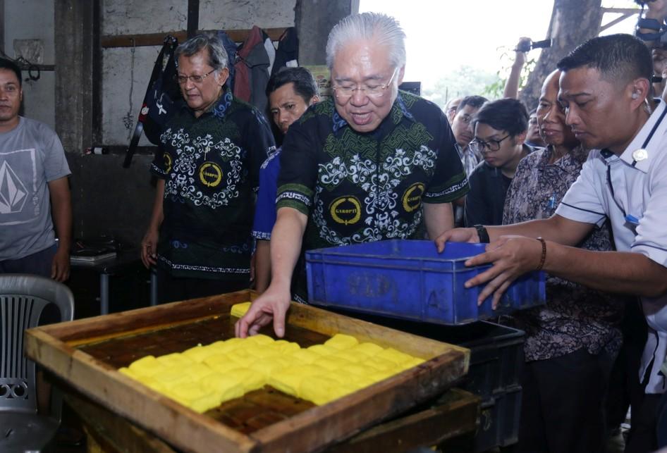 Menteri Perdagangan Enggartiasto Lukita di Pabrik Tempe Kalidere