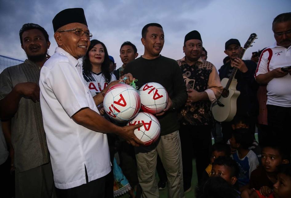 PT AIA FINANCIAL Donasi 300 Sepak Bola Untuk Anak-anak Korban Ge