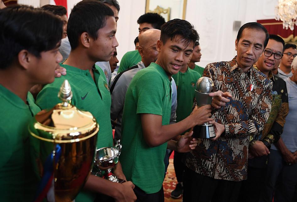 Presiden Menerima Timnas U-16 di Istana