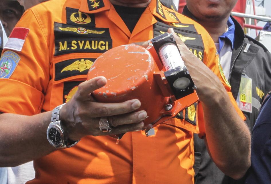 Kepala Basarnas Marsekal Madya TNI Muhammad Syaugi memeriksa kondisi bagian dari kotak hitam (black box) pesawat Lion Air bernomor registrasi PK-LQP yang telah ditemukan oleh tim SAR gabungan di KR Baruna Jaya I, di perairan Tanjung Karawang, Jawa Barat, Kamis (1/11/2018).